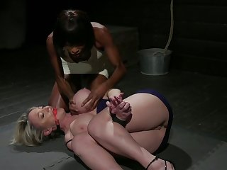Stunning mature bitch Dee Williams gives a rimjob and gets her pussy blacked
