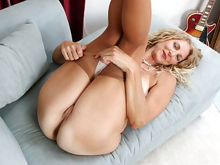 USA milf Lauren Demille pleasures her pussy with dildo