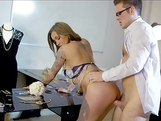 Cunning goddess distracts jeweler's attention with help of sex