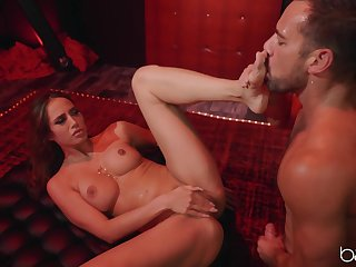 Desiree Dulce spreads her legs for strong pecker while she screams